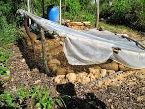 Photo: Fertilizzante fatto in casa mettendo a macerare escrementi animali e resti organici in una buca