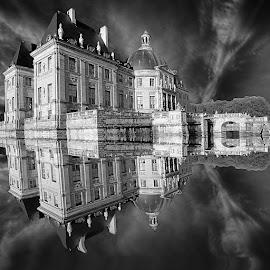 Vaux le V by Gérard CHATENET - Black & White Buildings & Architecture