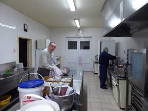 Photo: mannen nemen  de keuken over.... (mis de vaste vrouwenhand hier...)