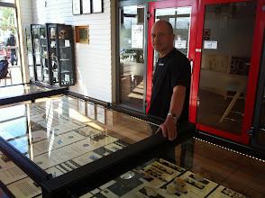 Photo: Projektleder Filip Lindgren, som har doneret hele sin private samling af fossiler til ventesalen.  I et kommende stort projekt bliver det sådan, at børn selv får lov til at lave deres egne fossiler.