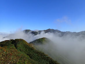三ノ峰(左)と別山(中央奥)