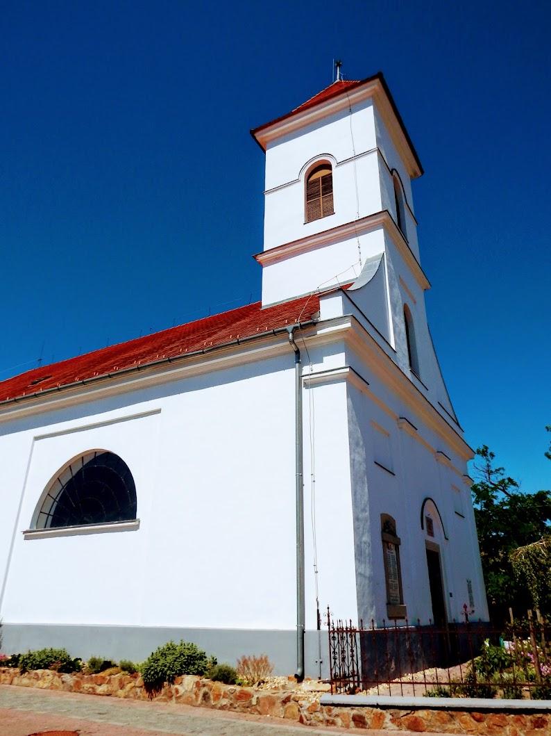 Sukoró - református templom a Főtéren