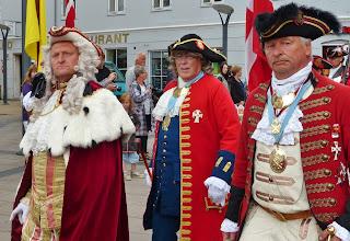 Photo: ... kündigen die Ankunft von seiner Majestät Frederik IV. an.