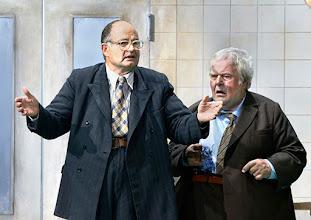 Photo: WIEN/ BURGTHEATER: DER REVISOR von Nikolaj Gogol. Premiere am 4.9.2015. Inszenierung: Alvis Hermanis. Martin Reinke, Hermann Scheidlehner. Copyright: Barbara Zeininger