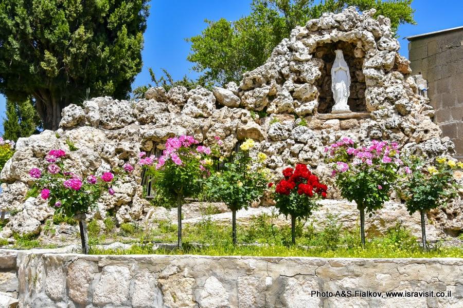 Богородица в саду монастыря Бейт Джамаль, Израиль.