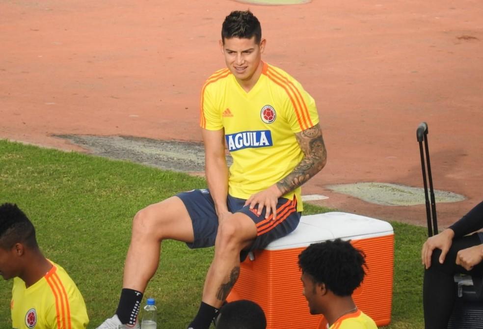 James aguarda treino da Colômbia no estádio de Pituaçu — Foto: Hector Werlang