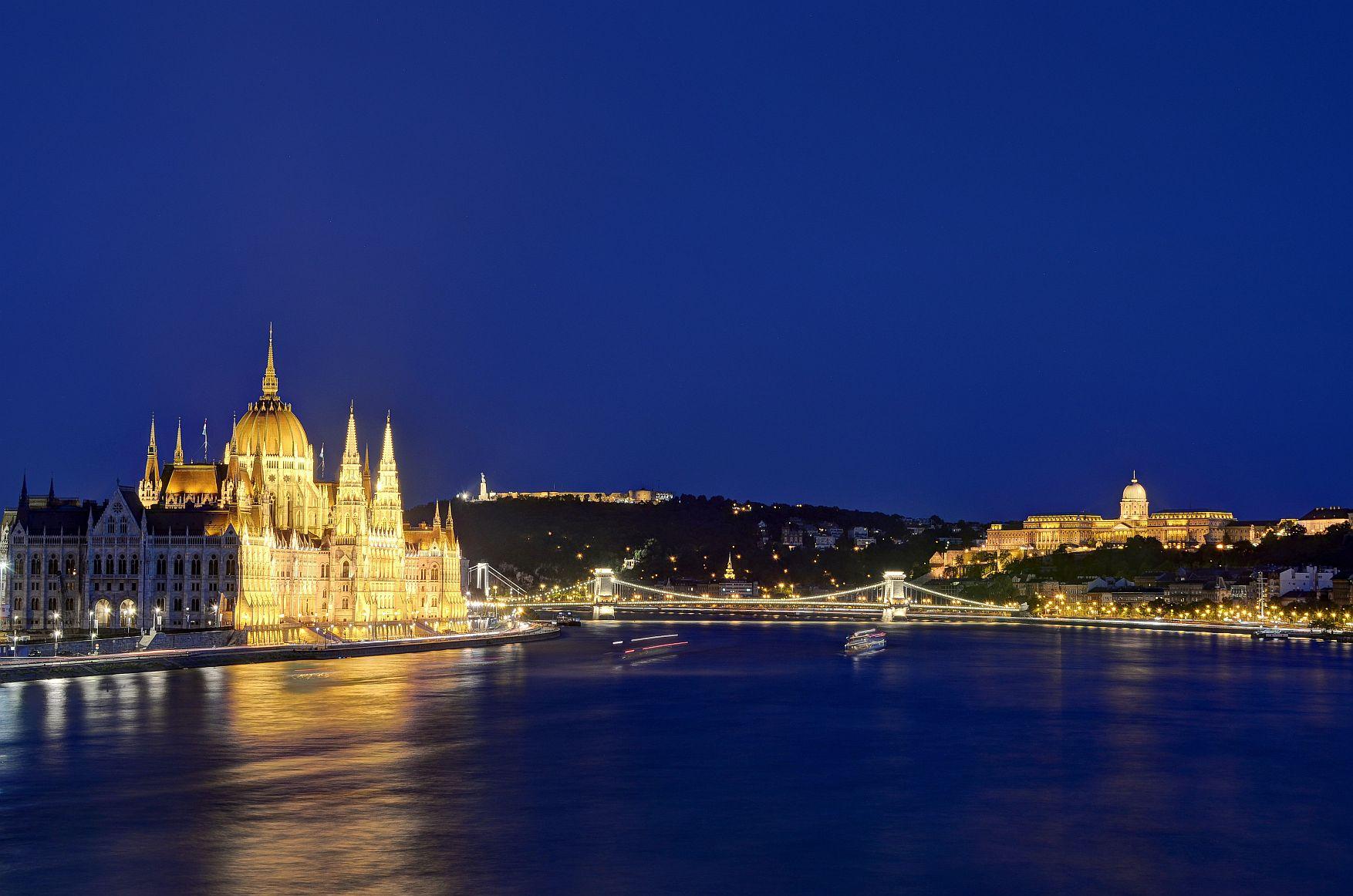 Budapest - Donau mit Parlament und Burg bei Nacht, copyright FirstMed Zahnklinik-Ungarn.de