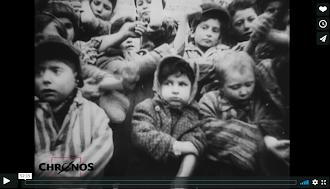 Kinder in KZ-Kleidung mit aufgekrempelten Armen.