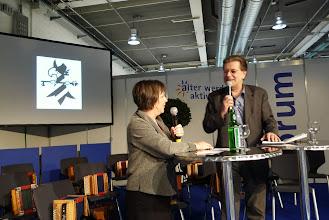 Photo: Herr Felix von Rohr unterhält sich mit Pia Interbitzin Mitglied Fasnachtscomité