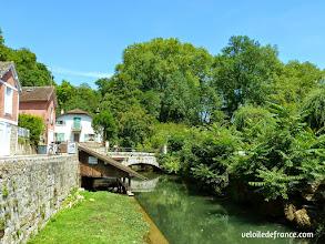 Photo: L'ancien lavoir et le vieux pont de Fontaine le Port - E-guide balade circuit à vélo sur les Bords de Seine à Bois le Roi par veloiledefrance.com.