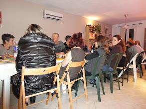 Photo: Au centre de la photo : Thierry, et de dos entre Sabrina et Sylvie, Valérie chef cuistot hors pair qui a absolument tout préparé et décroche son étoile au guide RCA !
