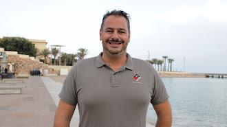 Daniel Martínez, gerente del Grupo Clandestino, en la Plaza del Mar, en El Toyo.
