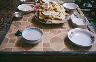 Photo: 03225 ブルド/バスハダール家/朝食/乳茶/パン/乳製品各種