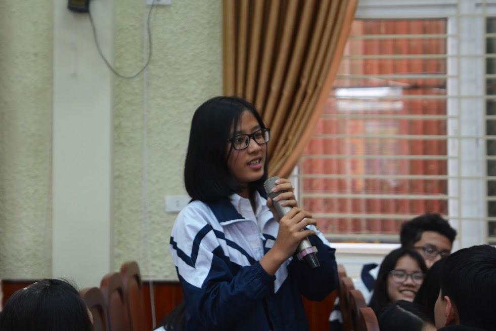 Các em học sinh trường THCS Hưng Dũng lắng nghe chăm chú và trả lời sôi nổi