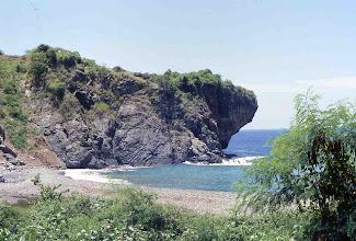 Photo: Playa y acantilado en voladizo en la desembocadura del río La Bruja, carretera Granma (Cuba)