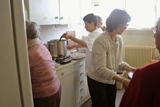 Photo: La cuisine s'active Dung en train de servir la soupe, Tuy Lan, belle soeur de chi Anh Thu, Hap Thu et Hong Thu, a fait les brochettes de poulet