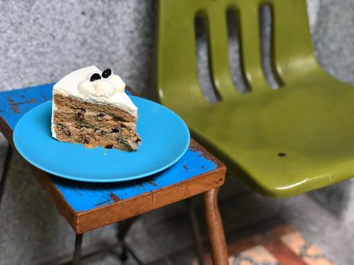 鐵觀音戚風蛋糕($150),以台北市的蛋糕價格來說算是不貴也不錯吃,不過內用低消為一杯飲料,當日點的日月潭地瓜香紅茶及洛神玫瑰茶沒有特別驚豔之處,就沒有特別放照片了,下次想試試這裡的鹹花生咖啡,不曉得