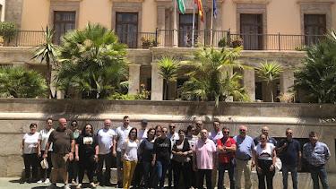 Vecinos de Balerma a las puertas de la Subdelegación antes del inicio de la reunión.