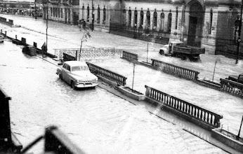 Photo: Enchente na Rua do Imperador, em frente ao prédio do antigo Fórum, à direita. Foto da década de 50