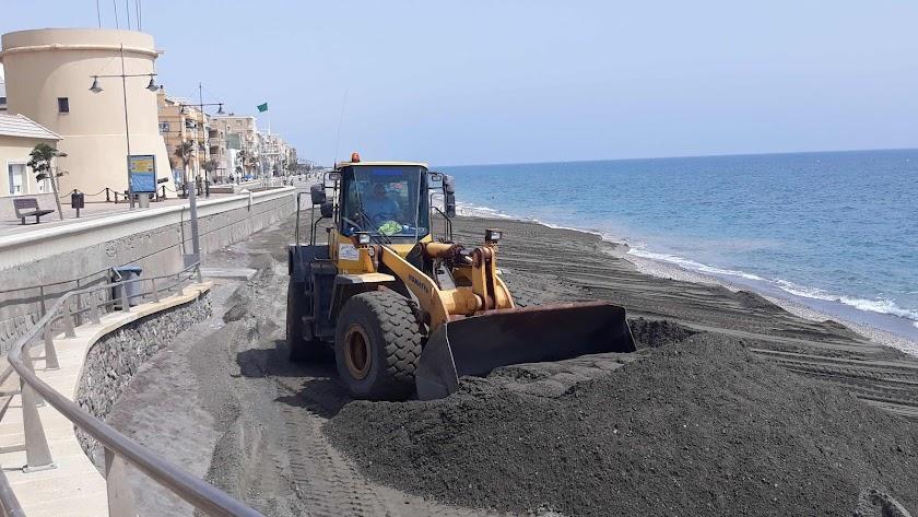La arena llegará a la playa de Balerma.