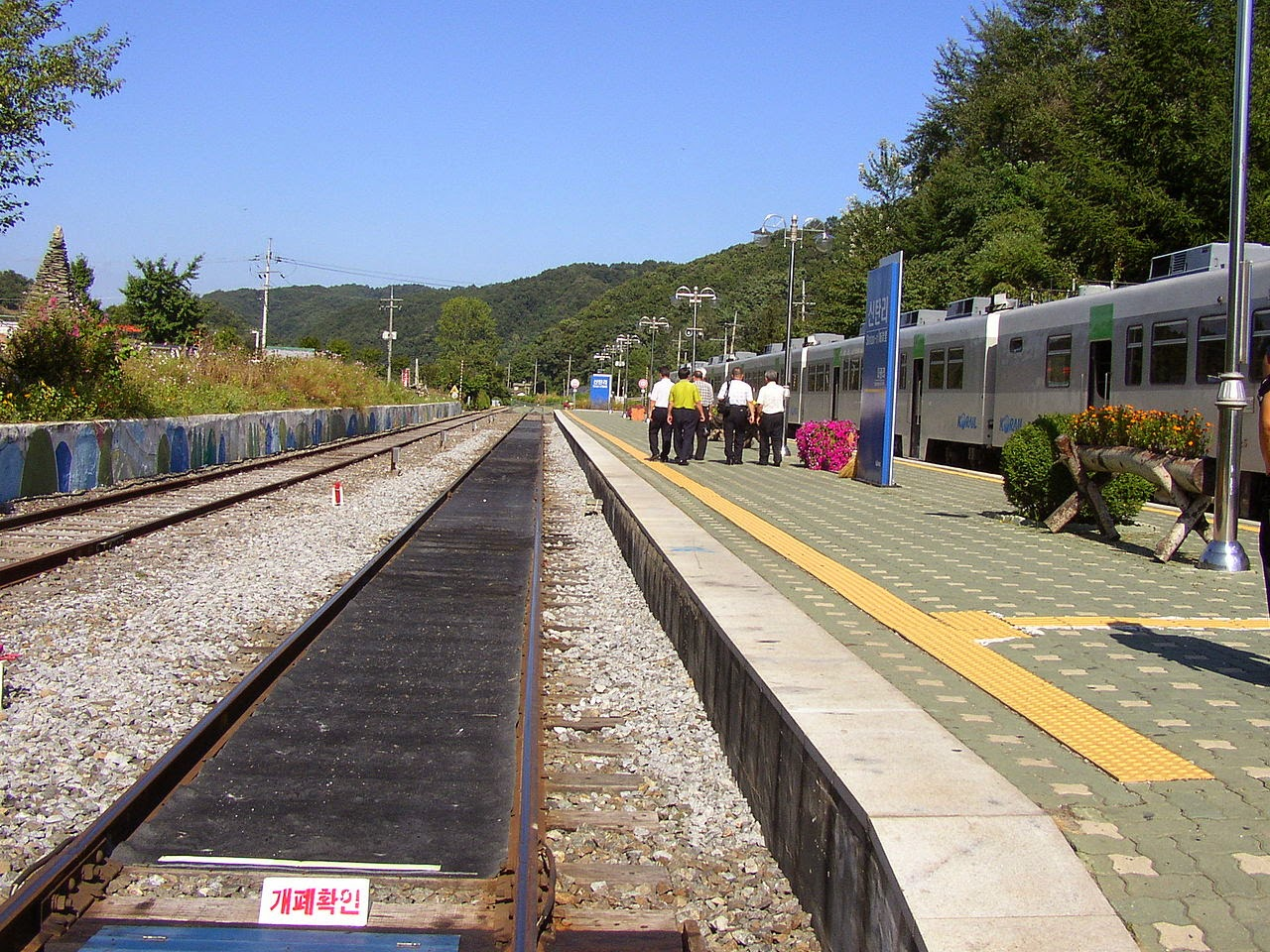 Photo: Sintan-ri Station (Gyeongwon Line, The Northernmost Station in South Korea,  2008-09-12) By Seonjong Park via Wikimedia Commons (CC BY-SA 3.0) http://en.wikipedia.org/wiki/File:Korail_Gyeongwon_Line_Sintan-ri_Station5.JPG  ★画像使用記事 『グリーンフィッシュ』 http://inagara.octsky.net/green-fish