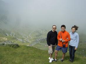 Photo: Ioana, Radu si Mihai cu transfagarasanul in spate