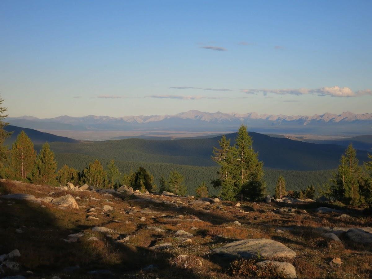 En haut dans les montagnes, vue sur les montagnes de Saridag Saridag