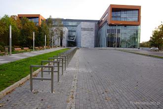 Photo: 30 u-kształtnych stojaków przed budynkiem Wydziału Filologii