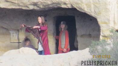 Photo: Se, det är 3 av deras barn som är där inne i grottan