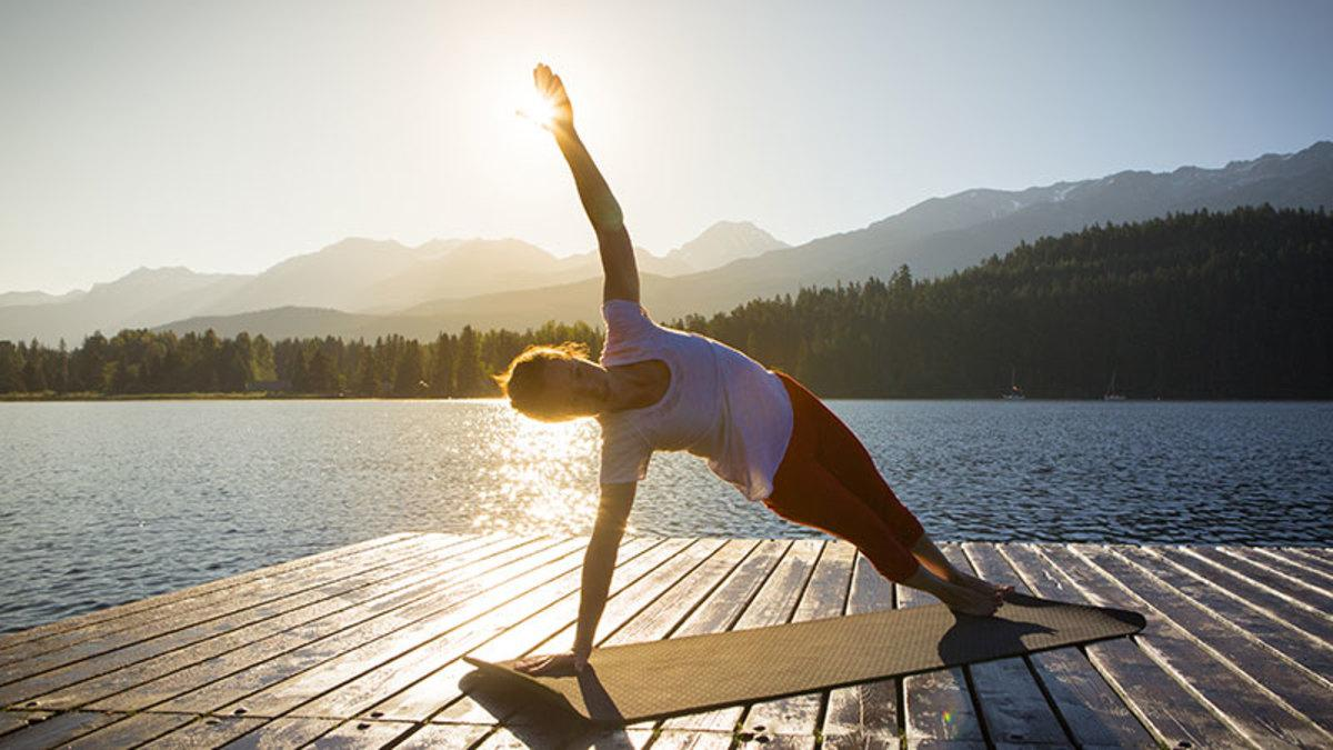 C:UsersMedinaDownloadsmorning-yoga-outdoors-lake.jpg