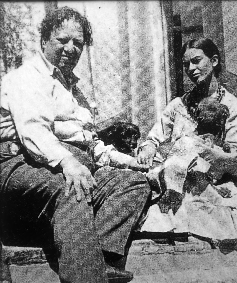 """Diego Rivera and Frida Kahlo with their """"xoloitzcuintlis"""" (Mexican hairless dogs) at the Blue House - Autor no identificado — Google Arts & Culture"""