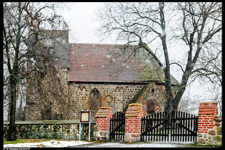 Photo: frühmittelalterliche Dorfkirche in Pragsdorf  (Schneetreiben)