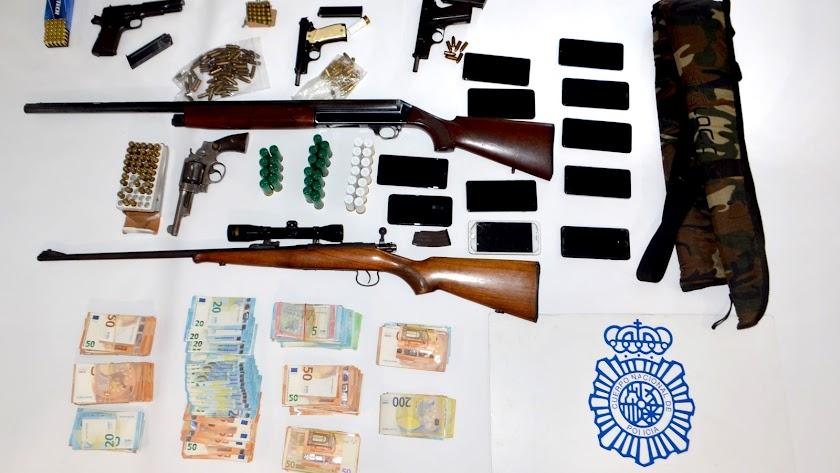 Intervenidas tres pistolas y un revólver con los números de serie borrados, una escopeta, un rifle, y cerca de 60.000 euros en metálico
