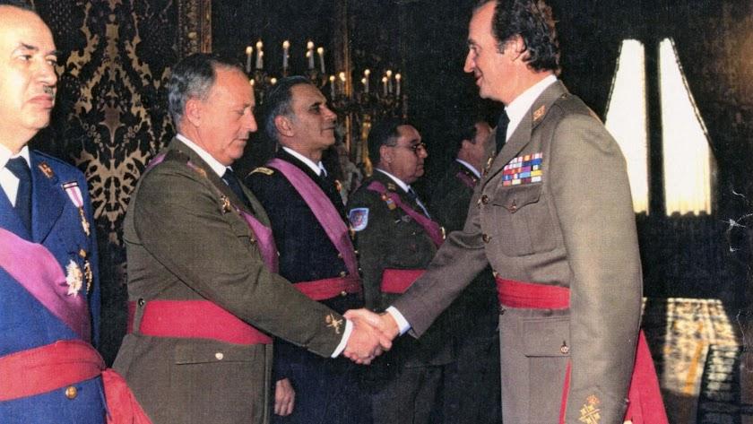 El Rey Juan Carlos saluda al general almeriense Andrés Cassinello en un acto oficial