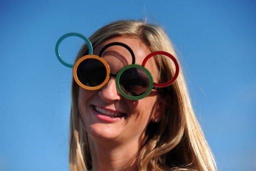 Photo: Une touriste porte des lunettes en forme d'anneaux pendant les Jeux olympiques de Londres. (© 2012 AFP)