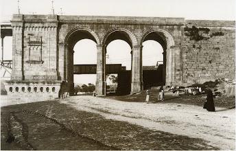 Photo: Ponte da Barca no lado de Pontevedra con 3 arcos, hoxe só ten 1. Detras aínda se ve a Ponte de Ferro do Ferrocarril