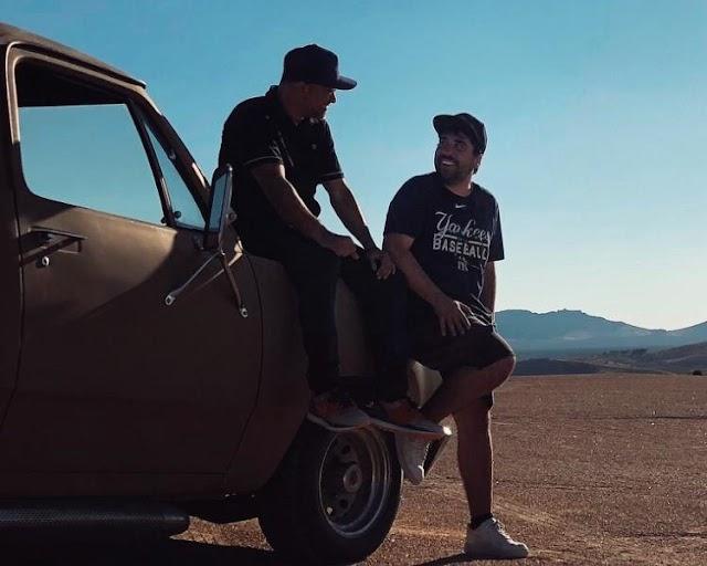 Artista y director posan con la furgoneta Dodge.
