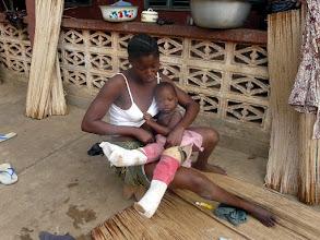 Photo: chaque enfant handicapé est accompagné d'une adulte de la famille qui s'occupe totalement de lui