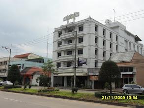 Photo: (Das Hotel Mansion an der  Uttarakit Road am Wasser)
