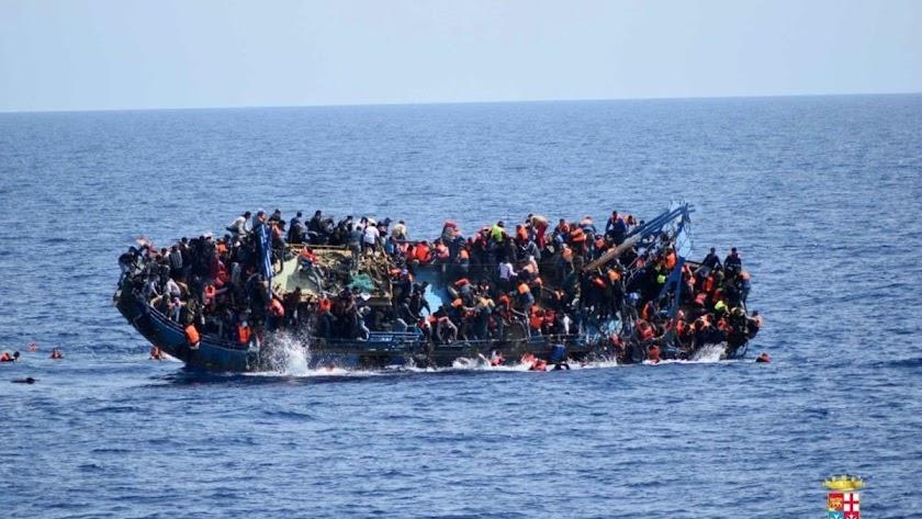Fotografía de archivo de una embarcación con migrantes naufragando en su travesía a las costas españolas.