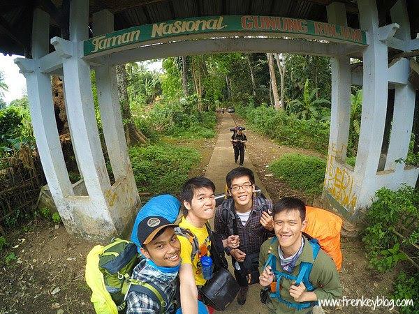 Foto Wajib di Gerbang Start Pendakian Rinjani via Senaru