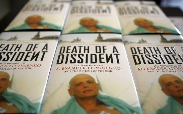 Фотография Александра Литвиненко на обложке книги о нем