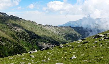 Photo: l'enfilade des Esquerdes de Rotja et Massif du Canigo en fond