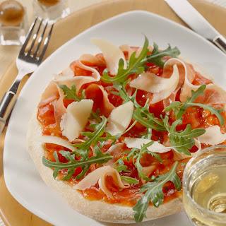 Pizza mit Rucola, Schinken und Parmesan