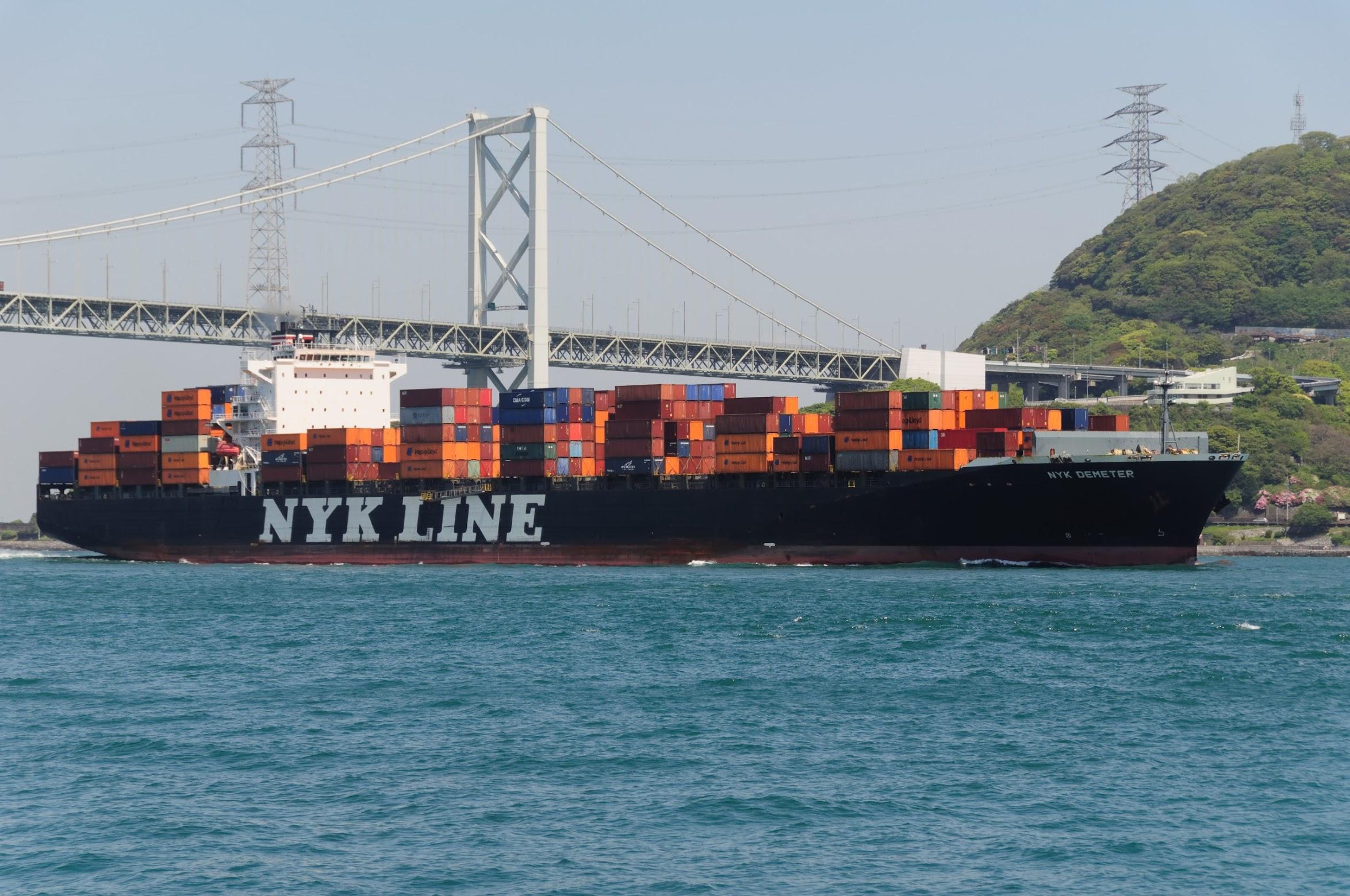 関門海峡を横切るタンカー
