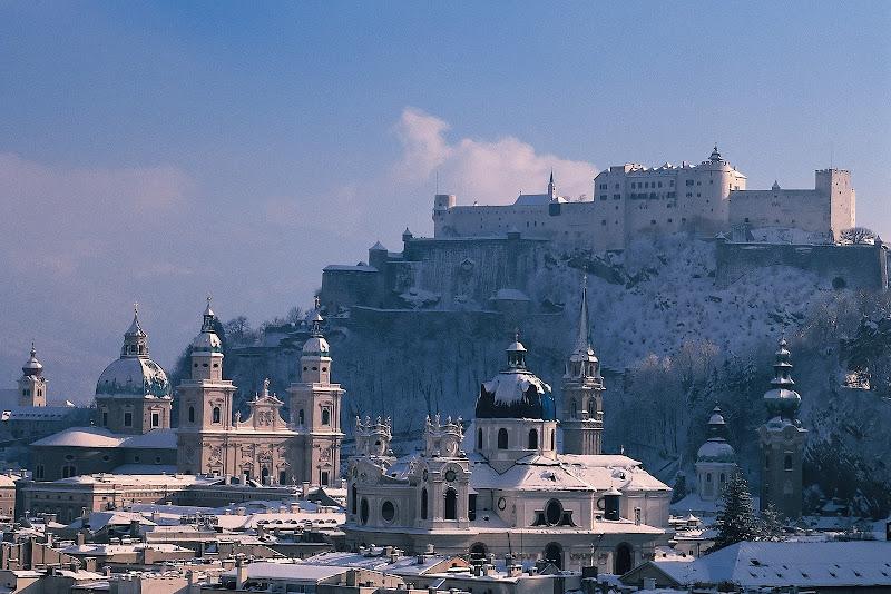 Photo: Blick vom Mönchsberg auf die verschneite Altstadt von Salzburg mit der Festung Hohensalzburg, dem Dom zu Salzburg (links) und der Universitätskirche (im Vordergrund).