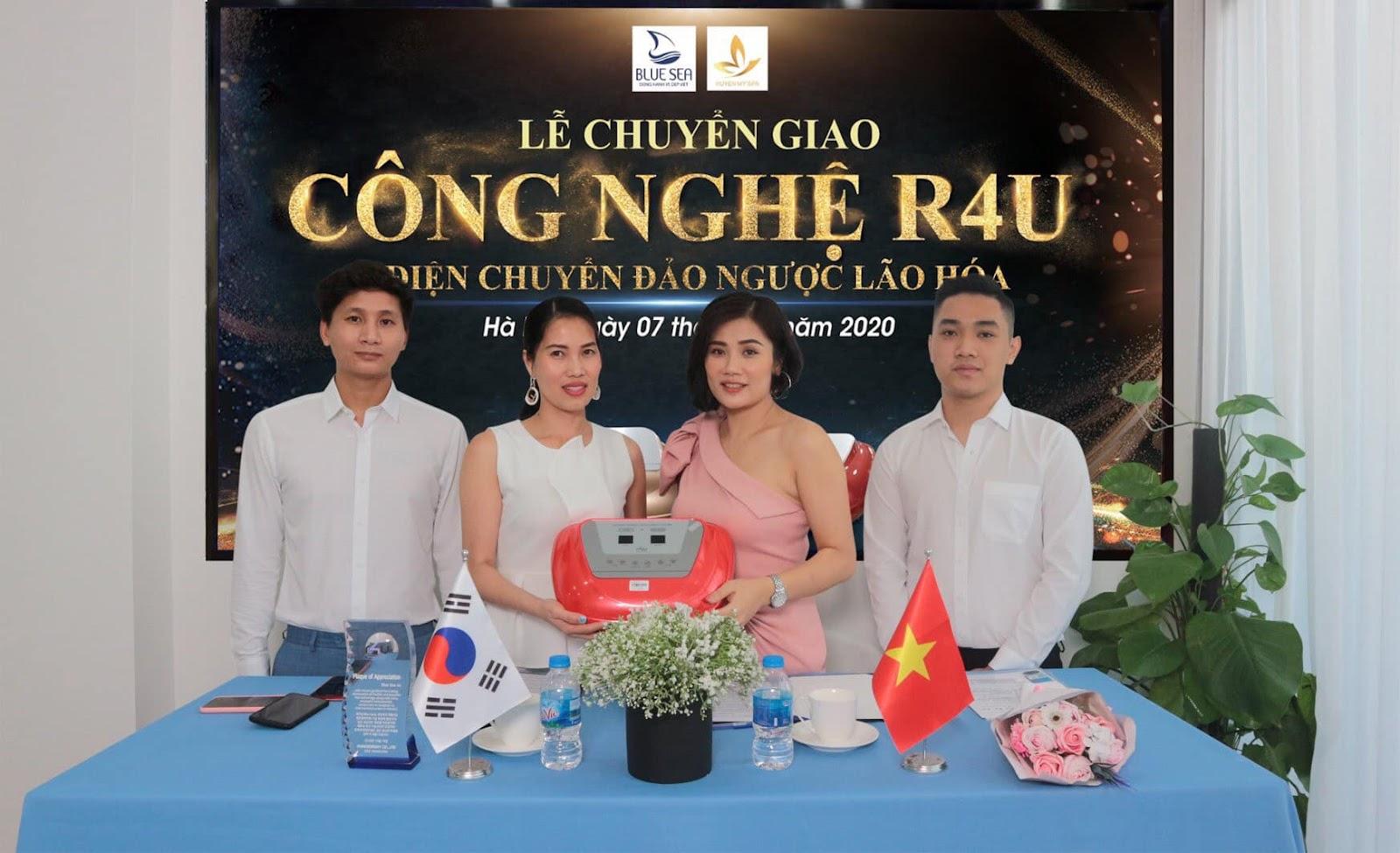 CEO Tâm Uyên ký chuyển giao công nghệ R4U cho giám đốc Huyền My Spa