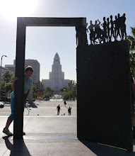 Photo: Los Angeles - The Dance Door mit Rathaus im Hintergrund