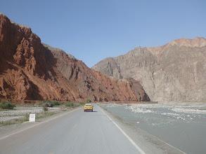 Photo: Kousek před Kashgarem míjíme také červené hory.