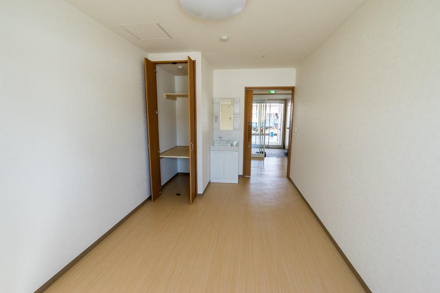 居室(12.48平方メートル)から廊下を見て